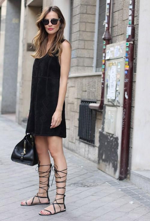 black-dress-gladiator-street-style-comfy-look